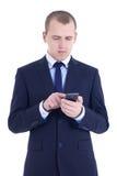 在白色隔绝的手机的商人键入的sms 免版税库存图片