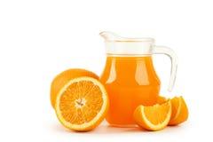 在白色隔绝的投手的新鲜的橙汁 免版税库存照片