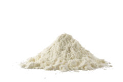 在白色隔绝的搽粉的有机牛奶堆  免版税图库摄影