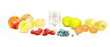 在白色隔绝的新鲜水果和净水 库存图片