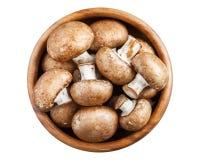 在白色隔绝的木碗的蘑菇 免版税库存照片