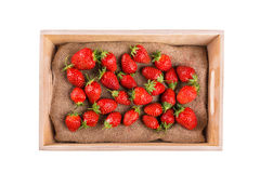 在白色隔绝的木箱的草莓 免版税图库摄影