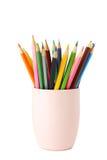 在白色隔绝的杯子的五颜六色的铅笔 库存照片
