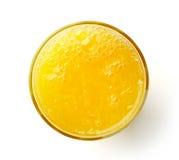 在白色隔绝的杯新鲜的橙汁,从上面 免版税库存照片