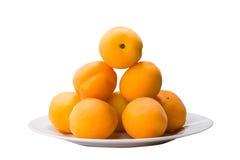 在白色隔绝的板材的黄色桃子切片 库存照片