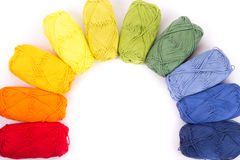 在白色隔绝的毛线五颜六色的丝球 库存图片