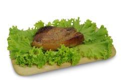 在白色隔绝的沙拉叶子的肉牛排 免版税库存图片