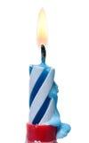 在白色隔绝的灼烧的生日蜡烛蛋糕 免版税库存图片