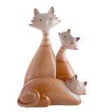 在白色隔绝的猫的陶瓷小雕象 库存照片