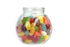 在白色隔绝的瓶子的五颜六色的软心豆粒糖 免版税库存照片