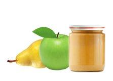 在白色隔绝的瓶子婴孩纯汁浓汤、绿色苹果和梨 免版税库存照片