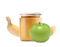 在白色隔绝的瓶子婴孩纯汁浓汤、绿色苹果和香蕉 免版税图库摄影