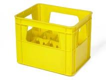 在白色隔绝的瓶的黄色塑料盒 库存图片