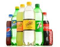 在白色隔绝的瓶被分类的全球性软饮料 库存图片