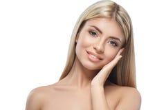 在白色隔绝的白肤金发的妇女秀丽画象特写镜头 免版税图库摄影