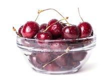 在白色隔绝的碗的新鲜的樱桃莓果。 库存图片