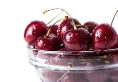 在白色隔绝的碗的新鲜的樱桃莓果。 免版税图库摄影