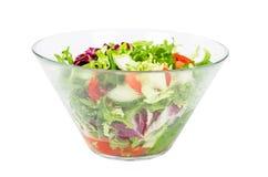 在白色隔绝的碗的新鲜蔬菜沙拉 免版税库存图片