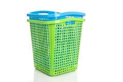 在白色隔绝的空的新的蓝色和绿色塑料篮子 库存图片