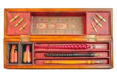在白色隔绝的箱子的古色古香的钢笔集合 图库摄影