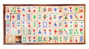 在白色隔绝的箱子的木mahjong比赛瓦片 免版税库存照片