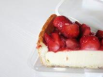 在白色隔绝的箱子的草莓乳酪蛋糕 库存照片