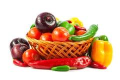 在白色隔绝的篮子的新鲜蔬菜。 生物菜。 Co 库存图片