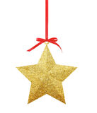 在白色隔绝的红色丝带的金黄圣诞节星 免版税库存图片