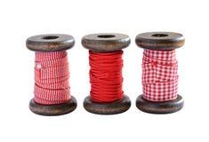 在白色隔绝的红色和白色丝带短管轴 库存图片