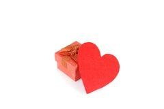 在白色隔绝的红色心脏和礼物盒 图库摄影