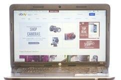 在白色隔绝的膝上型计算机屏幕上的电子港湾网页 库存图片