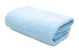 在白色隔绝的蓝色毛巾 免版税库存照片
