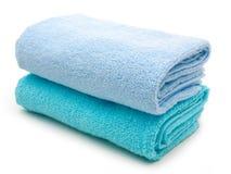 在白色隔绝的蓝色毛巾 库存照片