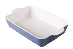 在白色隔绝的蓝色烘烤盘空 水平的特写镜头 图库摄影