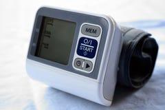 在白色隔绝的血压米医疗设备 库存照片