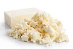 在白色隔绝的被粉碎的白色希腊白软干酪 免版税库存照片