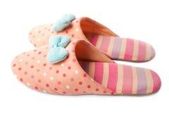 在白色隔绝的逗人喜爱的滑稽的桃红色镶边被加点的女孩小丑拖鞋 库存图片