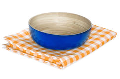 在白色隔绝的野餐布料的木碗 免版税库存图片