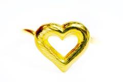 在白色隔绝的金下垂有浮雕的贝壳花梢圆环首饰 库存照片