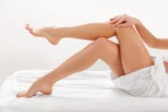 在白色隔绝的长的妇女腿。去壳 免版税图库摄影