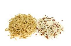 在白色隔绝的稻和混合糙米。 库存图片