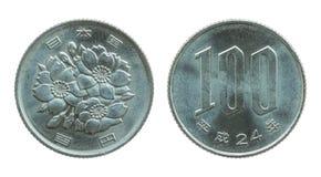 在白色隔绝的100日元硬币 库存图片