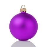 在白色隔绝的紫色圣诞节球 免版税库存图片