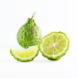 在白色隔绝的绿色粗砺的果皮香柠檬果子或非洲黑人石灰 库存照片