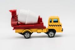 在白色隔绝的黄色水泥搅拌车卡车玩具 免版税图库摄影