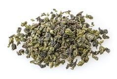 在白色隔绝的绿色oolong茶 免版税库存图片