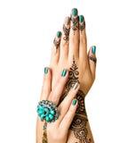 在白色隔绝的Mehndi纹身花刺 有黑无刺指甲花纹身花刺的妇女手 免版税图库摄影