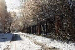 在白色雪太阳的静街 库存图片