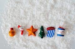 在白色雪的圣诞节玩具 图库摄影