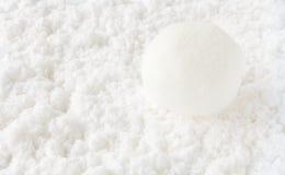 在白色雪背景的雪球 免版税库存图片